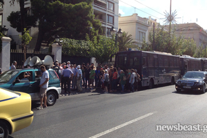 Στο υπουργείο Διοικητικής μεταρρύθμισης συγκεντρώνονται οι απεργοί