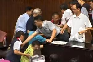 Ξύλο ακόμα μία φορά στη Βουλή της Ταϊβάν