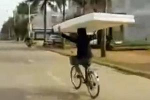 Πώς μεταφέρεται ένα στρώμα πάνω σε ένα ποδήλατο...
