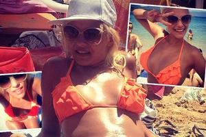 Με παιχνιδιάρικη διάθεση στην παραλία η Λάουρα Νάργες