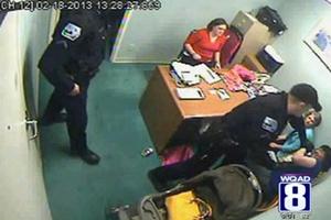 Αστυνομικός γρονθοκοπεί γυναίκα σε πολυκατάστημα