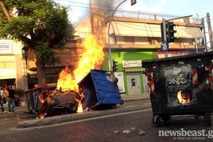 Φωτιές σε κάδους και επέμβαση των ΜΑΤ στο Περιστέρι
