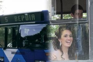 Πήγε στο γάμο της με το λεωφορείο της γραμμής!