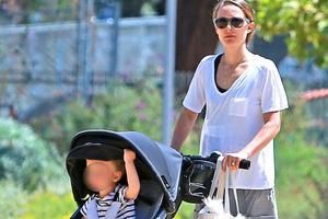 Εκπαιδευτική βόλτα για την Natalie Portman και το γιο της
