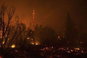 Μαίνεται η μεγάλη πυρκαγιά στην Καλιφόρνια