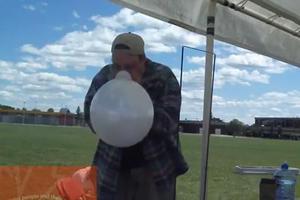Φουσκώνει μπαλόνι με τη μύτη του