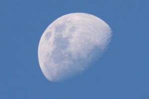 Γιατί το φεγγάρι είναι ορατό την ημέρα