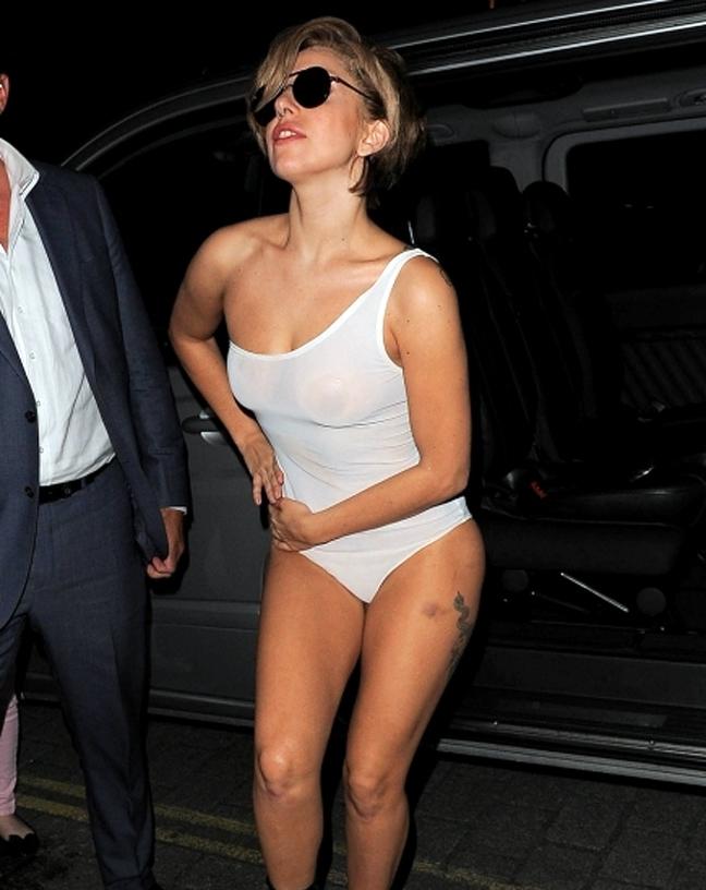 ce00a789782 Φάνηκε μάλιστα να νιώθει μεγάλη αυτοπεποίθηση στο νέο της συνολάκι καθώς  πόζαρε με περίσσειο νάζι και ύφος στους φωτογράφους. ΣΧΕΤΙΚΑ TAGSLady Gaga  κορμακι ...