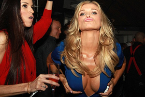 Σε άκρως προκλητικές πόζες η Joanna Krupa