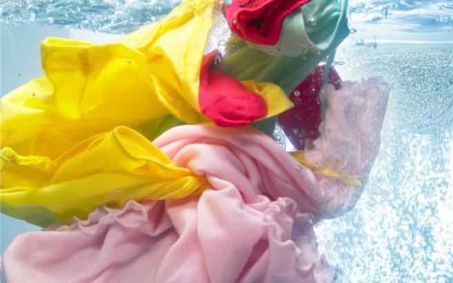 Πώς να σώσετε τα ρούχα που έβαψαν στο πλυντήριο