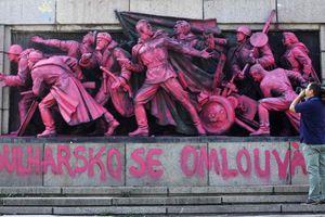 Στη φυλακή για το μνημείο που έβαψε ροζ