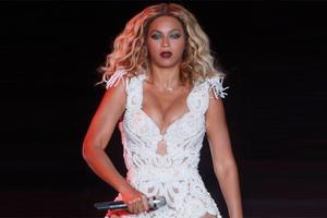 Με ασφυκτικά στενό κορμάκι η Beyonce