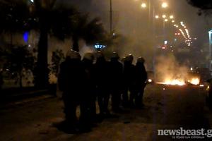Οδοφράγματα και φωτιές στην αντιφασιστική πορεία στο Κερατσίνι