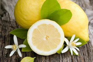 Μερικά από τα μικρά θαύματα του λεμονιού για το δέρμα