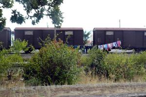 Οικογένειες ζουν σε παλιά βαγόνια και κτήρια του ΟΣΕ