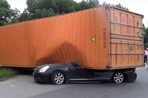 Αυτοκίνητο καταπλακώθηκε από κοντέινερ