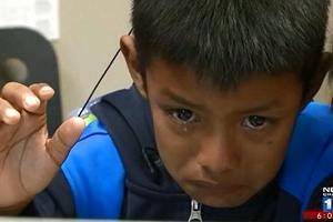 Ξέσπασε σε δάκρυα ακούγοντας για πρώτη φορά τη φωνή των γονιών του