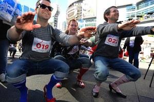 Άντρες φόρεσαν τακούνια και βγήκαν στους δρόμους!