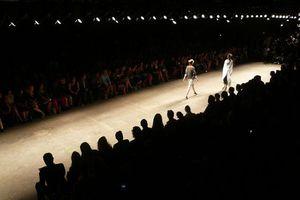 Διάσημη σχεδιάστρια θέλει να σώσει τον κόσμο από τη βιομηχανία της μόδας