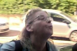 Η Ζαρούλια φτύνει και πετάει καφέ σε δημοσιογράφο