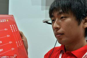 Παρουσιάστηκαν γυαλιά που θα μεταφράζουν κείμενα από τα γιαπωνέζικα