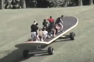 Βόλτα με τo μεγαλύτερο Skateboard στον κόσμο