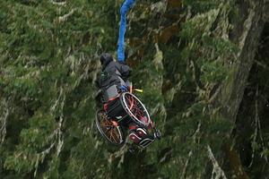 Bungee jumping με αναπηρικό αμαξίδιο