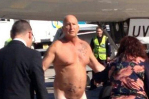 Γυμνός άνδρας καλεί τον πιλότο σε... μάχη