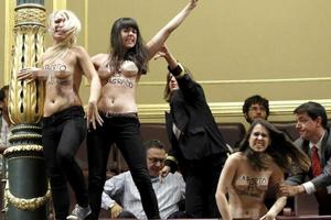 Οι  «Femen» ξεγυμνώθηκαν στην ισπανική Βουλή!