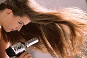 Τρικ για πιο γρήγορο στέγνωμα των μαλλιών