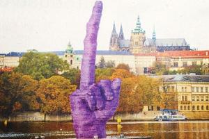 Το μεσαίο δάχτυλο που... «κοσμεί» την Πράγα