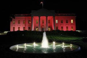 Ο Λευκός Οίκος φωτίστηκε με ροζ χρώματα