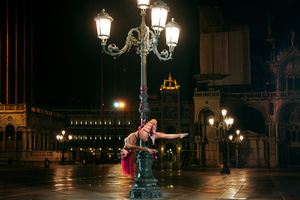 Γυμνή και δεμένη στην πλατεία του Αγίου Μάρκου της Βενετίας!