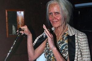 Πασίγνωστο μοντέλο σε ρόλο... γιαγιάς