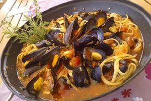 Λιγκουίνι με μύδια, σολομό σε αρωματική σάλτσα ντομάτας και μυρωδικά