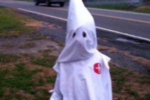 Μητέρα έντυσε τον γιο της με τη στολή της Κου Κλουξ Κλαν για το Halloween!