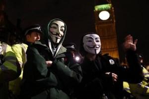 Οι Βρετανοί αναβιώνουν τη «νύχτα με τις μάσκες»
