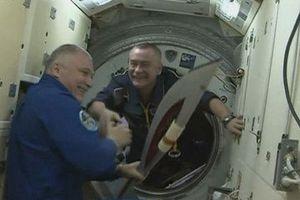 Ρώσοι κοσμοναύτες έκαναν... διαστημικό περίπατο με την ολυμπιακή δάδα