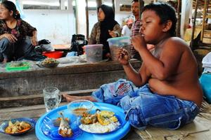 Το παιδί που έκοψε το κάπνισμα, εθίστηκε στο φαγητό!