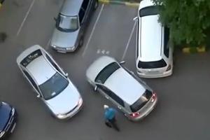 Δύο γυναίκες προσπαθούν να παρκάρουν
