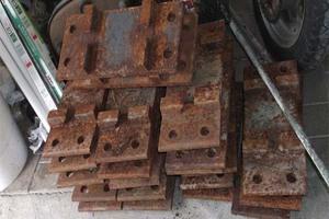 Δεκάδες αθίγγανοι παίρνουν σίδερα από φλεγόμενο εργοστάσιο