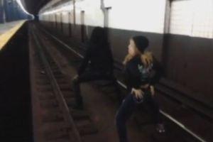 Επικίνδυνος χορός στις γραμμές του τρένου