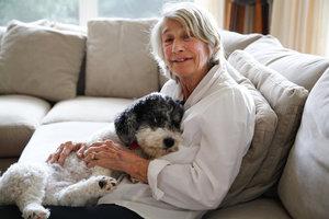 Έκανε ποίηση την αγάπη της για τα σκυλιά