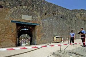 Κατέρρευσε τοίχος από κτίριο στην Πομπηία