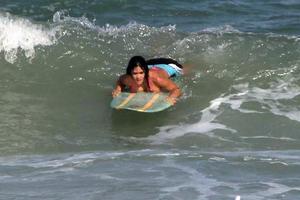 Η Βραζιλιάνα που κοιμήθηκε με τον Justin Bieber απολαμβάνει τη θάλασσα
