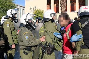 Ελέγχουν διαδηλωτές στα Προπύλαια