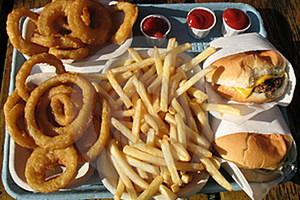 Tο junk food συνδέεται με την εμφάνιση κατάθλιψης