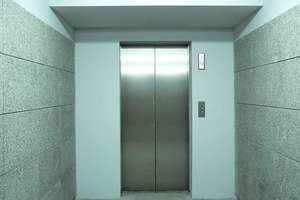 Ασανσέρ σε μαιευτήριο έκοψε στη μέση μια γυναίκα που μόλις είχε γεννήσει