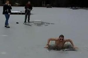 Κολύμπι κάτω από την παγωμένη λίμνη