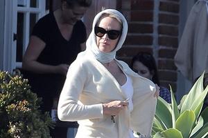 Η Πάμελα Άντερσον επισκέφθηκε τον Τζούλιαν Άσανζ
